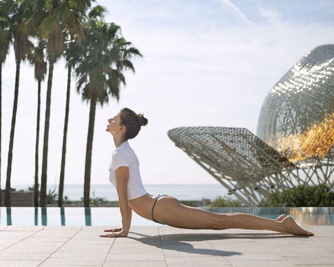 Yoga frente al mediterráneo